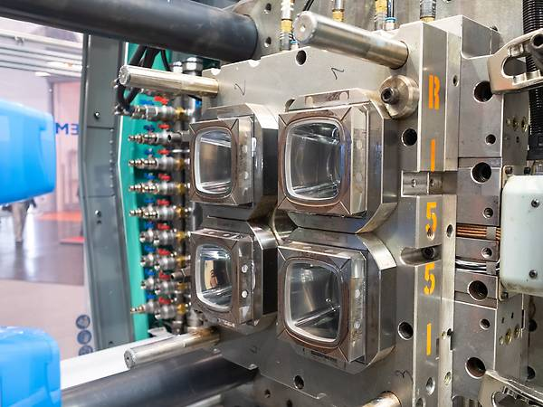 Cup forming die of the injection moulding machine