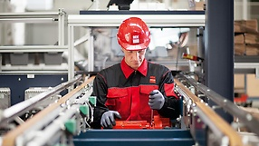 SEW‑EURODRIVE employee carrying out maintenance work