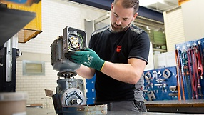 SEW‑EURODRIVE employee carrying out repair work